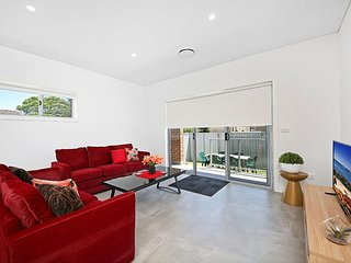 VILLA MERRYLANDS 7A - SYDNEY Modern & Spacious, Sleeps 10 Close to CBD