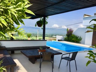 Private room in Villa with terrace and pool 5 min from centre of Buga