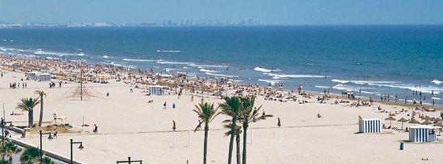 The beach is 10/15 mn walk away