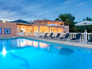 Villa Olivares near Playa d'en Bossa and Ibiza Town! Fantastic Private Pool.