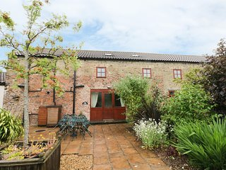 THE GRAINERY, exposed beams, ground floor bedroom, WiFi, near Beverley, Ref
