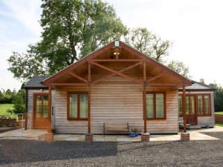 LITTLE OWL LODGE, dry air sauna, whirlpool bath, modern lodge, near Bishop Auckl