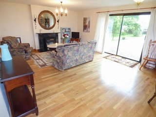 CORRIB COVE, cosy, rural, WiFi, spacious, near Oughterard, ref:957251
