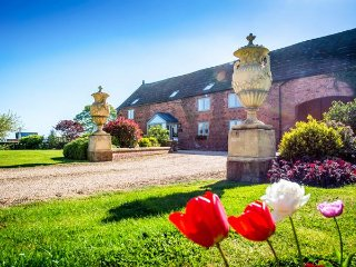 THE GRANGE AT HENCOTE, luxury accommodation, hot tub, en-suite bedrooms