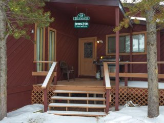 The Firehole Cabin 418: 6 BR 4 Bath Cabin in Town, Walk to Shops, Close to YNP