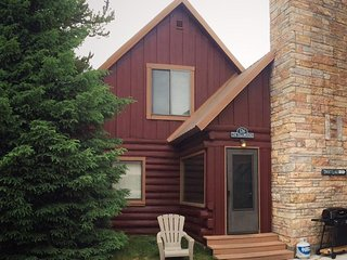 The Yellowstone Cabin 126: Authentic 3 BR/2 Bath Log Cabin In Town, Master Suite