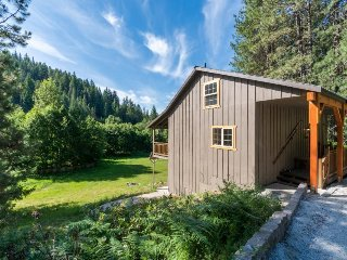 Rustic, dog-friendly home in Wenatchee National Forest - hot tub, backyard, deck