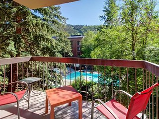 Family-friendly condo w/ shared pool/hot tub, walking distance from Town Lift