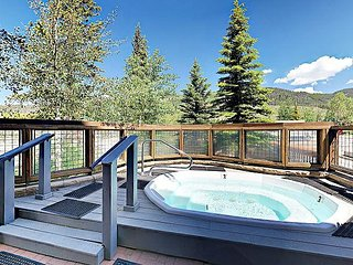 Resort-Style Buffalo Lodge Studio w/ Fireplace & Hot Tubs