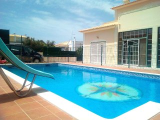 Villa Happy, private pool, Jacuzzy, wifi, air cond, next to beach of Albufeira
