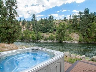 Leavenworth River Haus~1.5 miles to Leavenworth, Wi-Fi, Hot Tub, Sauna, River