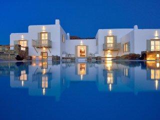 Villa Juliet, beautiful 6-bedroom beachfront villa with sunset view