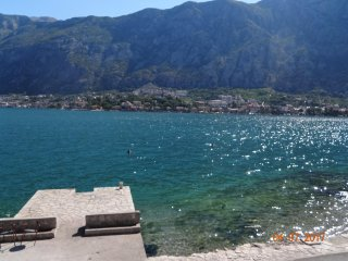 Waterfront stone house, 5 meters to the sea ,4-bdrs , 8-10 ppl, 3 km to Kotor