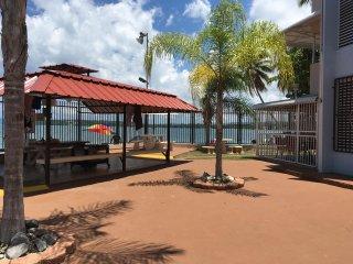Frente a la playa. 2 hab. sala comedor cocina baño terraza. Amueblado, parking