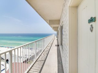 Beachfront condo w/ resort amenities - two pools, Tiki bars, hot tub, & more