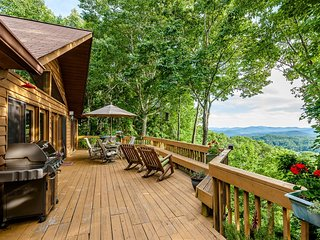 Eagles Nest Hideaway - Luxury Cabin, Spectacular Views, Hot Tub, Total Privacy