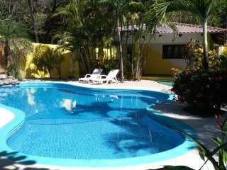 VILLA VERDES (V2) - 5 mins to beach, luscious garden with kitchen and security