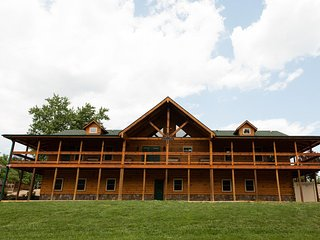 Hawksbill Retreat The Lodge Sleeps 30 Gameroom Hot Tub 10 Bedrooms Private Lake