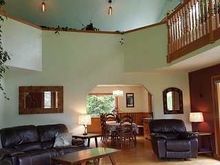 Peaceful, Spacious 3 Bedroom Plus Bonus Room with Spectacular Views, Sleeps 10