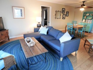 Walk to the beach- Cute 2 bedroom condo