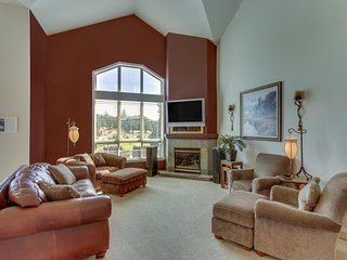 Private hot tub, shared pool access, bikes, and lovely golf course canyon views