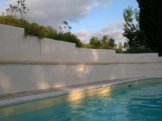 Großzügiges Zimmer geeignet auch für Gehbehinderterte mit schattigem Park, Pool