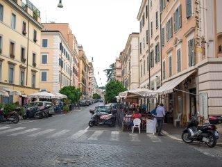Elegant Romantic apartment located  ,only 5 minutes walk to Coliseum