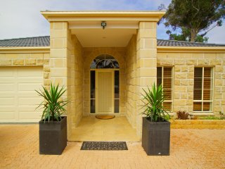 BULLA HILL - MELBOURNE Great Views & Privacy  5Bdrm Free WiFi & Linen
