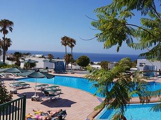 Bonito apartamento a pie de piscina y vistas al mar