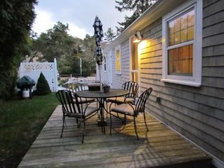 4C's Classic, Cozy, Charming Cottage - Walk to Sea Street Beach
