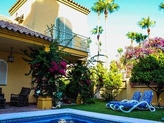 Chalet con piscina en Marbella, junto a la playa.