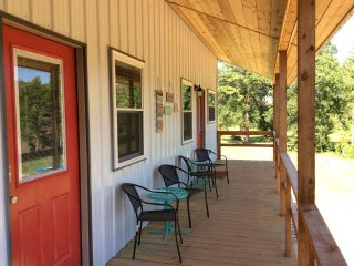 River Bird Lodging: Mockingbird Suite, River Frontage with Mountain Views