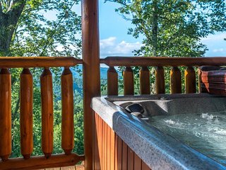 Dog-friendly getaway w/private hot tub, shared seasonal pool, sauna, etc.