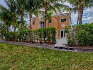 LUXURY HOME IN WATERFRONT COMMUNITY WALK TO BEACH!