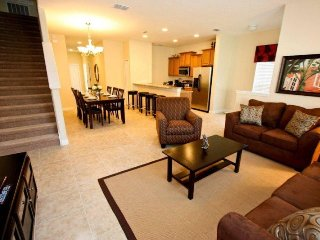 8981CAT. Lovely 5 Bedroom 4 Bath Town Home in Paradise Palms Resort