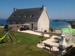salon de jardin, coin repas et espace barbecue avec vue sur mer