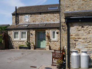 Poppy Cottage No. 1  with hot tub - sleeps 2 with stylish interior.