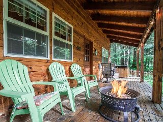 Chipmunk Lodge close to lake, golf, hot tub, propane fire pit and Fido OK