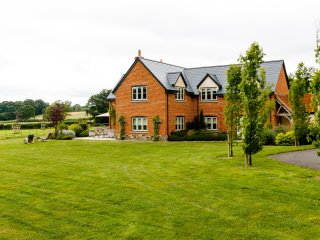 5*,Clean,High Spec,with WiFi,SKY TV,Sonos & Games room Garden, Herefordshire