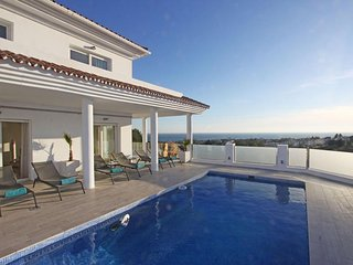 Modern Villa with stunning views in Riviera del Sol, sleeps 10
