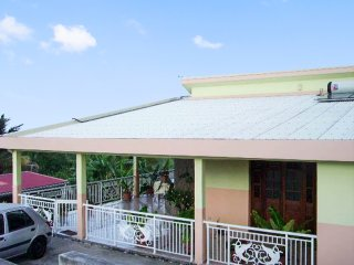 Cosy, 2-bedroom house on Martinique with a furnished terrace and sea views!