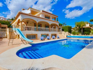 Villa in Calpe with 5 bedrooms, 4 bathrooms.