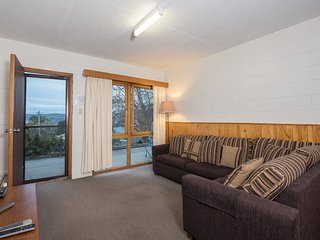 Alpine Apartment - close to everything, amazing views of Lake Jindabyne