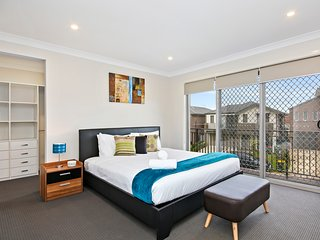 ALPINE PLACE VILLA 30 - SYDNEY - Sleeps Groups, New & Spacious, Linen Included