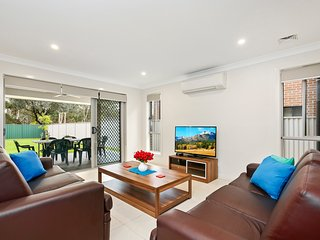 ALPINE PLACE VILLA 32 - SYDNEY - Sleeps Groups, New & Spacious, Linen Included
