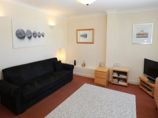 BOURNECOAST: APARTMENT NEAR CLIFFTOP, SANDY BEACHES AND SHOPS/CAFES - FM746