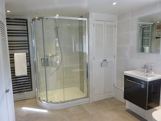 Spacious shower cubicle and underfloor heating