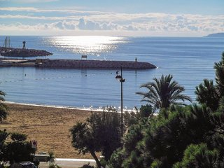 Sunny apartment 50m from the beach