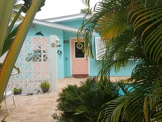 Beautiful Sunkst Cottage Bradenton Beach - AMI-Tropical Setting - Heated Pool