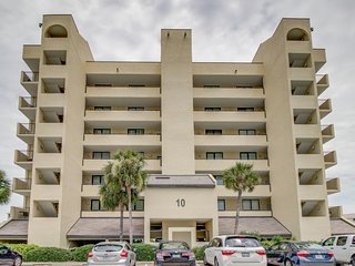 Cheery bay-view condo w/ shared pool & tennis courts - Snowbirds welcome!
